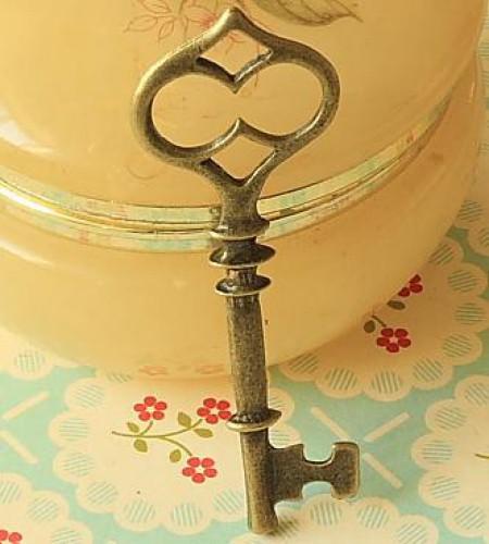 kleiner vintage Key Schlüssel Charm