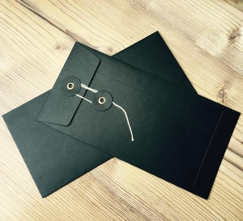 Button String Briefumschlag schwarzDinL