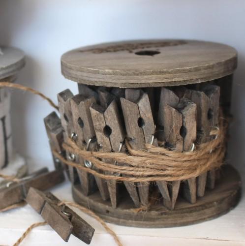 Holzspule mit 28 Wäscheklammern am Juteband 5m