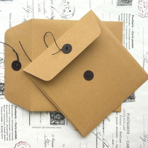 Button String Briefumschlag Kraft braun 15x15cm